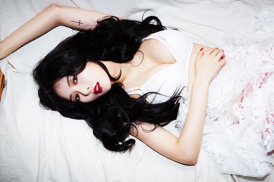 純白のランジェリー姿のキム・ヒョナ