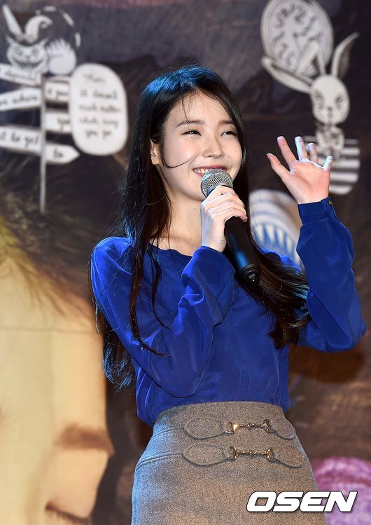 渦中の歌手IU、サイン会でファンに伝える「もっと頑張る」 渦中の歌手IU、サイン会でファンに伝え