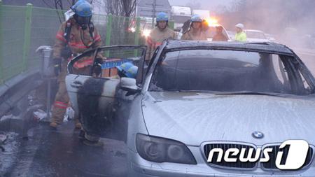 韓国でBMW車が走行中に火災相次...