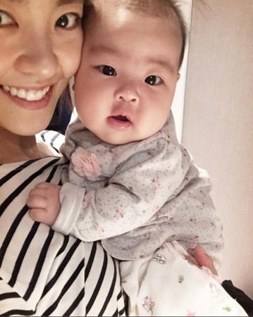 女優イ・ユンジ、目元そっくりな愛らしい娘を公開