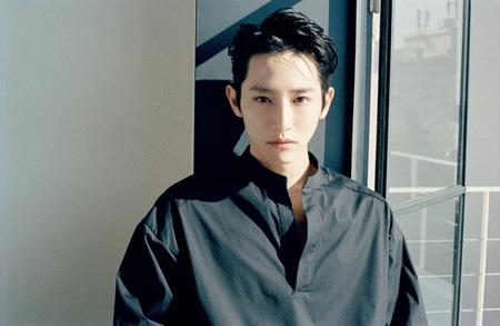 魅力的な眼差しで視線を独り占めする俳優イ・スヒョク