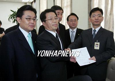 韓国新聞・政治-ウリ党離党の統...