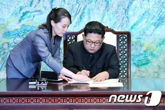 """「笑って現れた金正恩」…健康異常?写真では""""元気そう""""=韓国報道"""