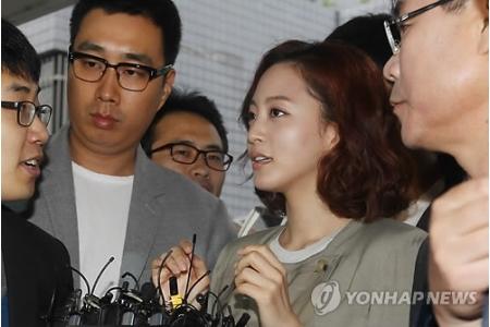 接触事故起こしたハン・イェスル、警察に出頭 接触事故起こしたハン・イェスル、警察に出頭│韓国俳優