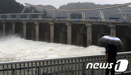朝鮮半島全域が台風の影響圏に… 1時間に50ミリの大雨に警戒