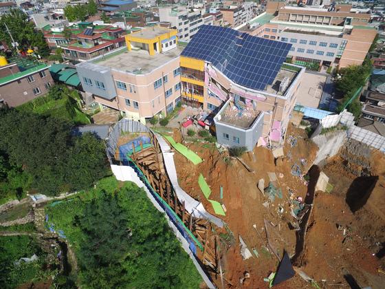 ソウル・銅雀区の工事現場で地盤沈下…併設の幼稚園が傾く被害に=韓国