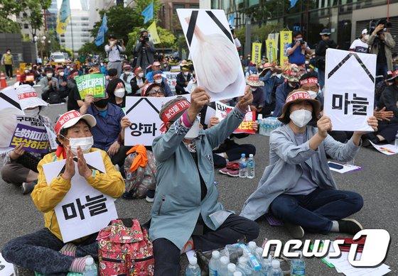 新型コロナなどで農産物の価格下落…「対策要求」を叫ぶ農家たち=韓国