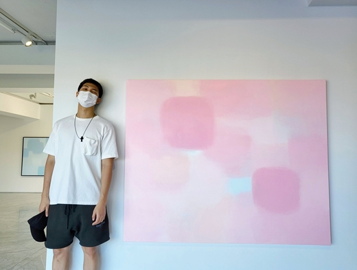 作品の前でポーズを取るRM。(画像提供:wowkorea)