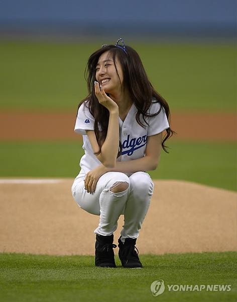 メジャーリーグベースボールの競技前に記念始球式を行った「少女時代 ...